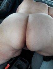 Mrdání tlusťošky v autě.....