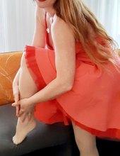 Rudé rty, šaty a podvazky