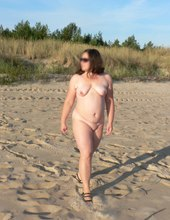 nagi spacer po plaży