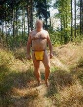 Bederní rouška ve stínu lesa
