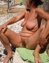Neoholená na pláži