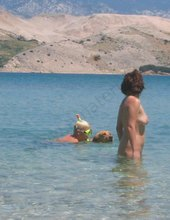 U moře a bohužel sami.