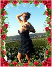 V růžích...