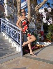 Blondýna s dlouhýma nohama)