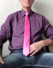 v nové košili a kravatě