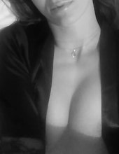 zamaraná na prsia