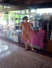 Przed sklepami