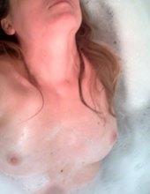 Ona sama ve vaně