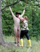 zavěšen a trestán kopřivami