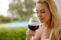 Žena s alkoholem v ruce je vnímána jako méně lidská bytost svolná k sexu