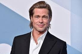 Brad Pitt se v Paříži líbal s modelkou mladší o třicet let