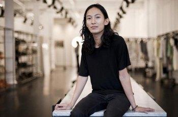 Několik modelů obvinilo návrháře Alexandera Wanga, že je zdrogoval a zneužil