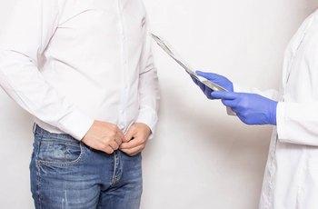 Starší muži častěji vyhledávají plastické chirurgy kvůli povislému šourku