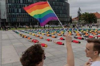 Gayové jsou kvůli hlasu šikanováni častěji než lesbičky