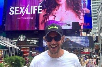 Adam Demos odhalil v seriálu Sex/Life svůj obří penis