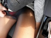 V aute s červenými kalhotky